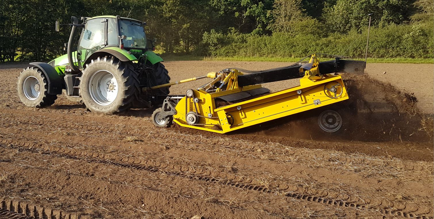 Mechanical weed root exposer, in particular for couch grass, thistles and docks, with the option of collecting the biomass