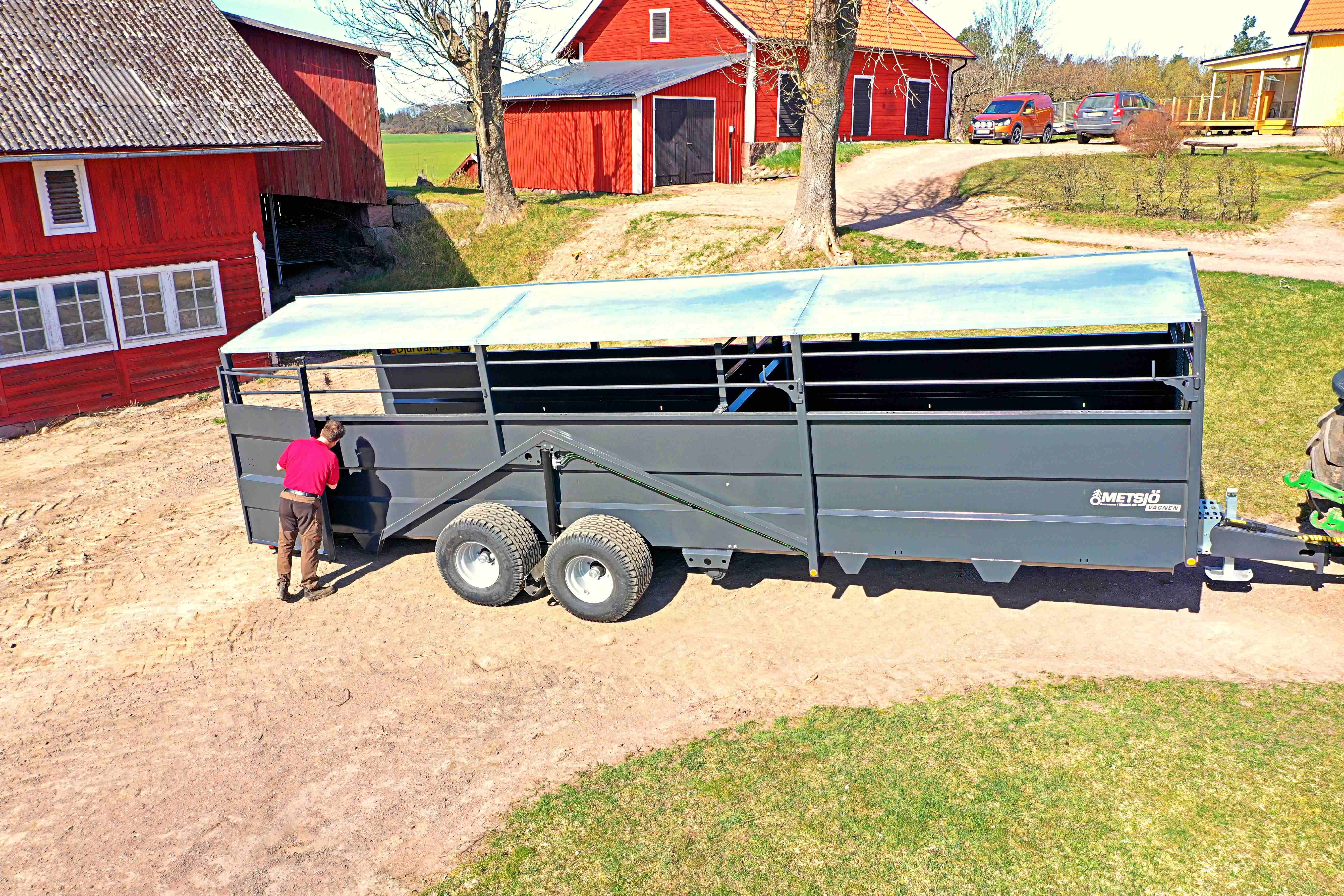 Metsjö domestic animal trailers without wheel housings, allowing loading to take place almost at ground level